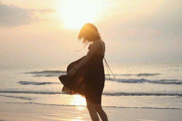 Фото красивых девушек со спины на аву у моря