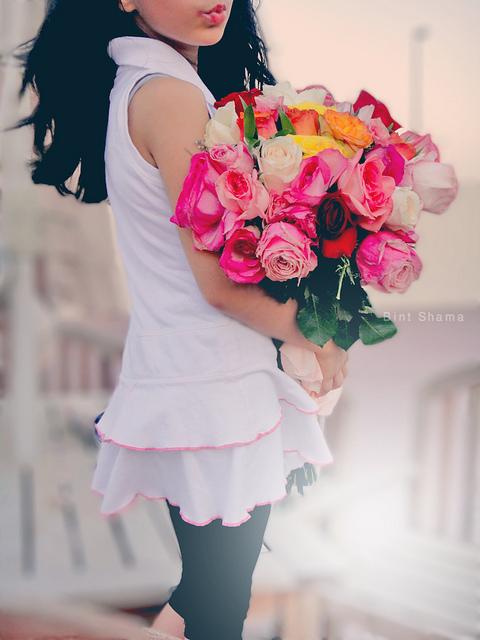 Шатенка с цветами со спины фото